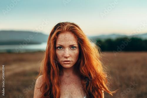 Plakat Piękna romantyczna dziewczyna na zewnątrz. Piękna Nastoletnia Wzorcowa dziewczyna na polu i blisko rzeki w słońca świetle. Jesień. Glow Sun, Sunshine. Podświetlany. Stonowany w ciepłych kolorach