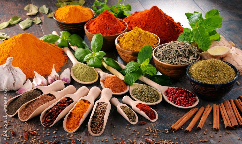 Różne przyprawy i zioła na kuchennym stole <span>plik: #136698752 | autor: monticellllo</span>