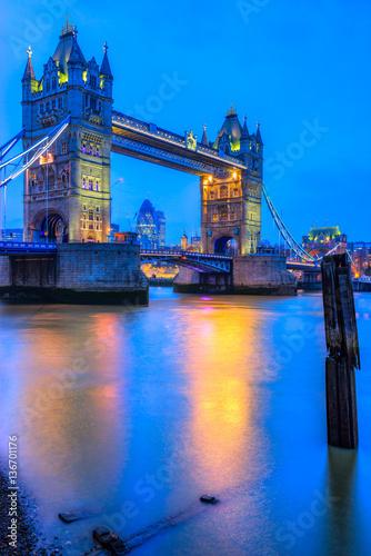widok-na-zabytkowy-tower-bridge-z-brzegu-tamizy-na-niebieskim-tle