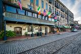 Fototapeta Sawanna - The cobblestone River Street, and old buildings in Savannah, Geo