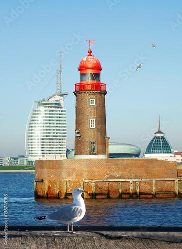 Foto auf AluDibond Stadt am Wasser historische Mole in Bremerhaven mit Möwen