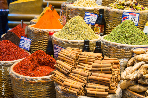 Foto  Baskets of Colorful Turkish Spices at the Grand Bazaar in Istanbul, Turkey