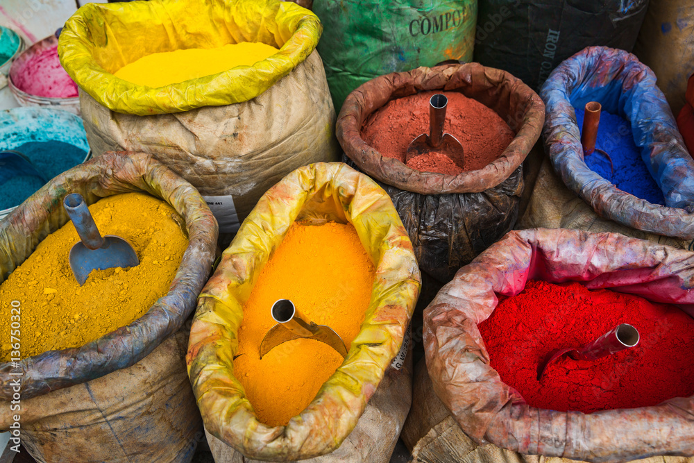 Foto  Sacks of Colored Paint Pigment Powders in Istanbul, Turkey
