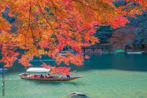 Foto auf AluDibond Ziegel 京都 嵐山の紅葉