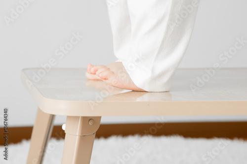 テーブルの上に乗る赤ちゃん Canvas-taulu