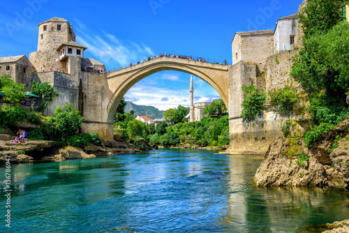 Spoed Foto op Canvas Bruggen Old Bridge and Mosque in the Old Town of Mostar, Bosnia