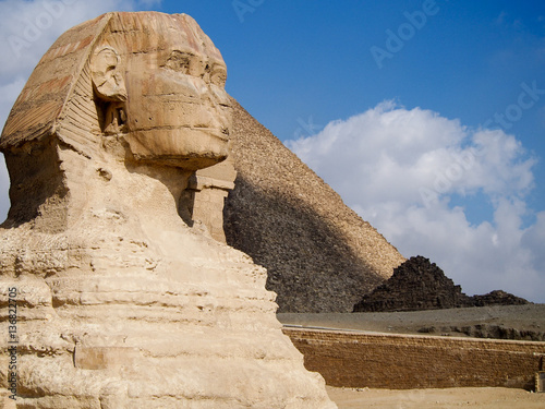 In de dag Egypte Ancient sphinx statue in front of the Great Pyramids of Giza in the desert near Cairo Egypt.