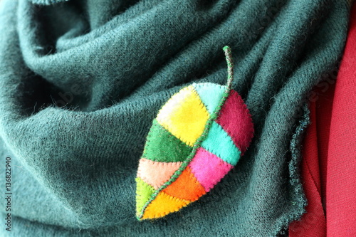 Foto Original jewelry handmade brooch wood leaf from multi-colored pieces of felt on