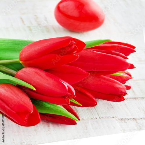 Fototapeta Rote Ostereier und Tulpen obraz na płótnie