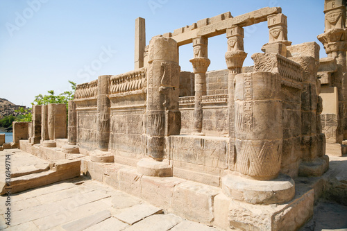 In de dag Egypte stone carved colonnade in landmark Philae Temple, Egyptian public monument for the goddess Isis, declared World Heritage Unesco, in Egypt, Africa