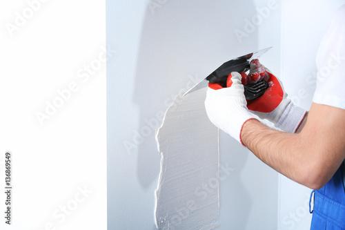 Fotografía  Builder using plastering tool for finishing wall