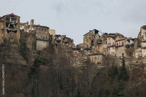 Zdjęcie XXL Okropny widok panoramiczny Arquata del Tronto zniszczony przez trzęsienie ziemi