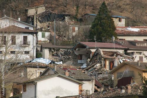 Zdjęcie XXL Skutki potężnego trzęsienia ziemi, które nawiedziło środkowe Włochy w wiosce Accumoli w Lazio