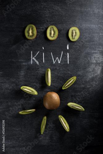 kiwi-nad-ciemnym-chalkboard-tlem