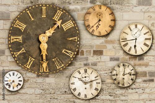 rocznik-zegary-wiesza-na-starym-sciana-z-cegiel