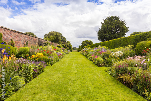 Fotografía Herbaceous border in a well tended garden with perennial flowering plants