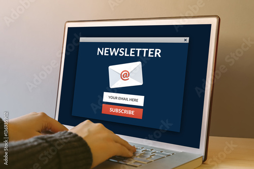 Fotografía  Subscribe newsletter concept on laptop computer screen on wooden table