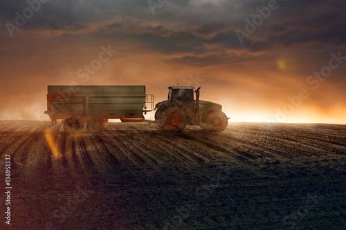 Ciągnik na polu