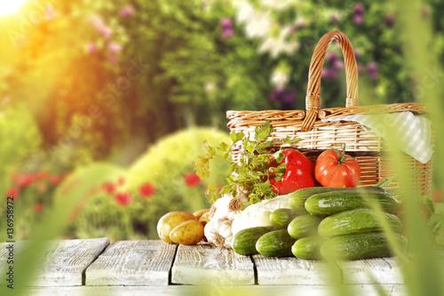 warzywa-i-owoce-na-drewnianym-stole-w-pieknym-ogrodzie