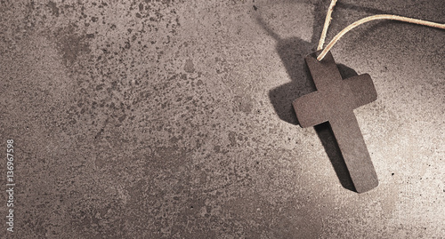 Photo Holy christian cross on stone background for funeral card.