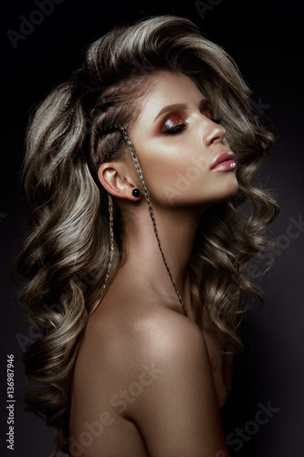 La pose en embrasure Salon de coiffure Young beautiful woman with long curly hairs and colored make up