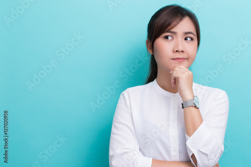 Fotomural  Asian woman thinking on isolated background