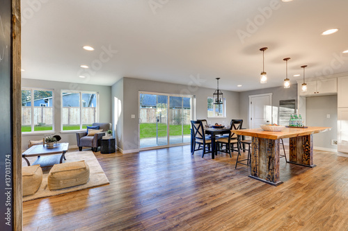 Fotografía  Open floor plan interior with polished hardwood floors