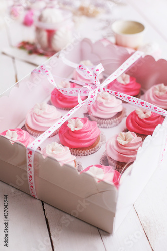Foto-Lamellen (Lamellen ohne Schiene) - cupcake packaging delivery box vanilla cupcakes with pink and white cream  (von Alena Popova)