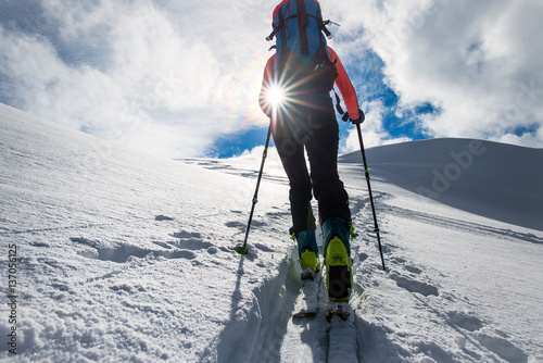 Pinturas sobre lienzo  Girl mountaineer climb on skis and sealskins
