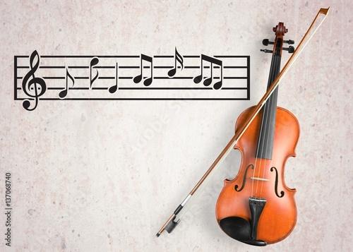 skrzypce-ze-smyczkiem-i-pieciolinia-na-szarym-tle