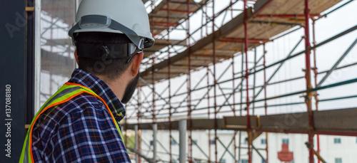 Fotografia Civil engineer during a site walk checking scaffolding erection