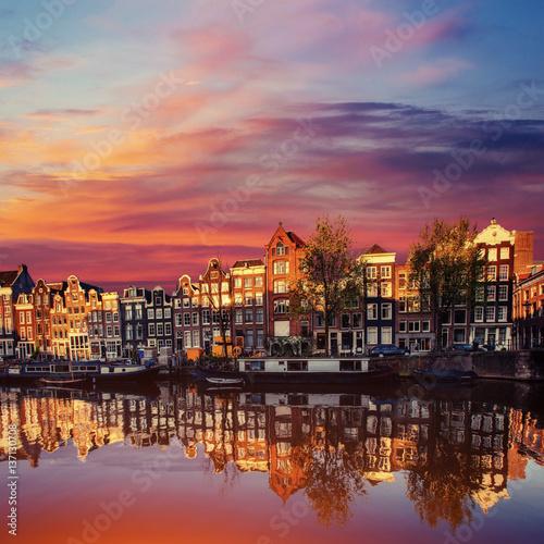 kanal-w-amsterdamie-z-czerwonym-niebem-podczas-zachodu-slonca