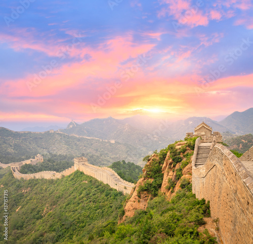 Muraille de Chine Beautiful and spectacular Great Wall of China at sunset