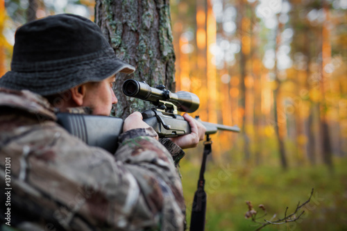 Ingelijste posters Jacht Hunter looking into rifle scope