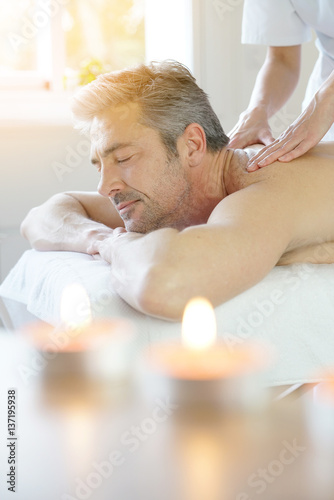 Photo  Man relaxing on massage table receiving massage