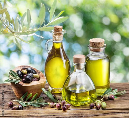 oliwa-z-oliwek-i-jagody-sa-na-drewnianym-stole-pod-drzewem