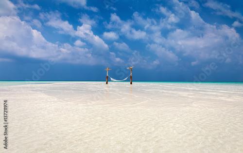 Hängematte auf einer Sandbank auf den Malediven
