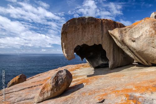 Foto  Bemerkenswerte Felsen mit blauem und weißem Himmel, eindrucksvoller Markstein au