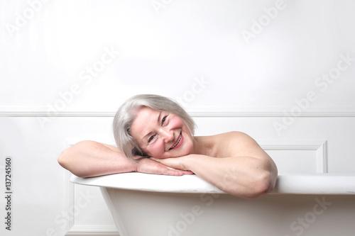 Lady smiling in bath tub Fototapete