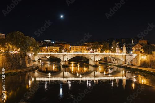 nocny-widok-na-katedre-sw-piotra-w-rzymie