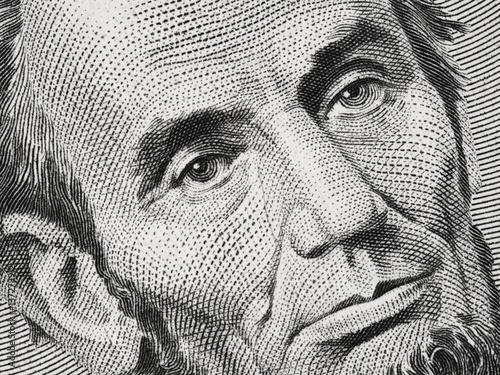 Fotografia  US President Abraham Abe Lincoln on USA five dollar bill extreme macro, 5 usd, U