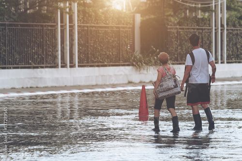 Foto People wade through flood, concept of natural disaster.