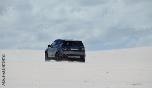 Fotomural 4x4 driving in dunes of sand