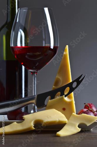 ser-i-czerwone-wino-na-starym-drewnianym-stole