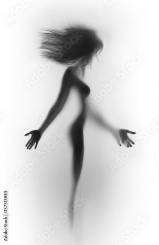 Piękna, stojąca seksowna sylwetka kobiety, ręce, cycki, długie włosy