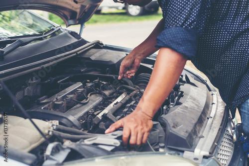 Zdjęcie XXL Mężczyzna z sprawdzać samochodowego silnika.