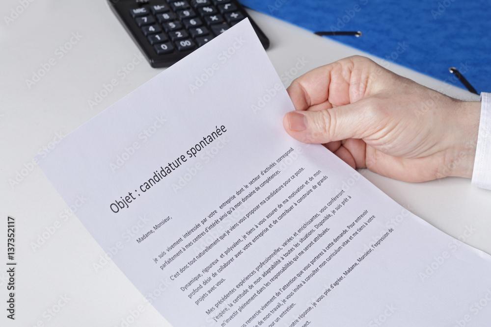 Photo Art Print Main Homme Senior Examinant Une Lettre De