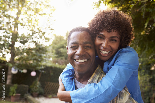 Photographie  Portrait Of Loving Mature Couple In Back Yard Garden