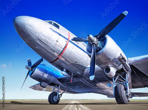 dwusilnikowy-samolot-transportowy-na-pasie-startowym-na-tle-bezchmurnego-nieba