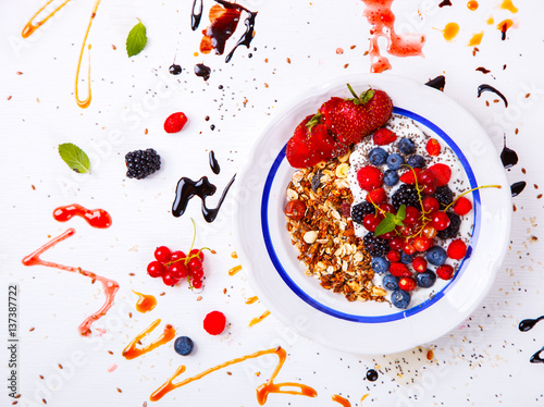 Fotografía  Oatmeal,Granola,Porridge with Yogurt in the  bowl